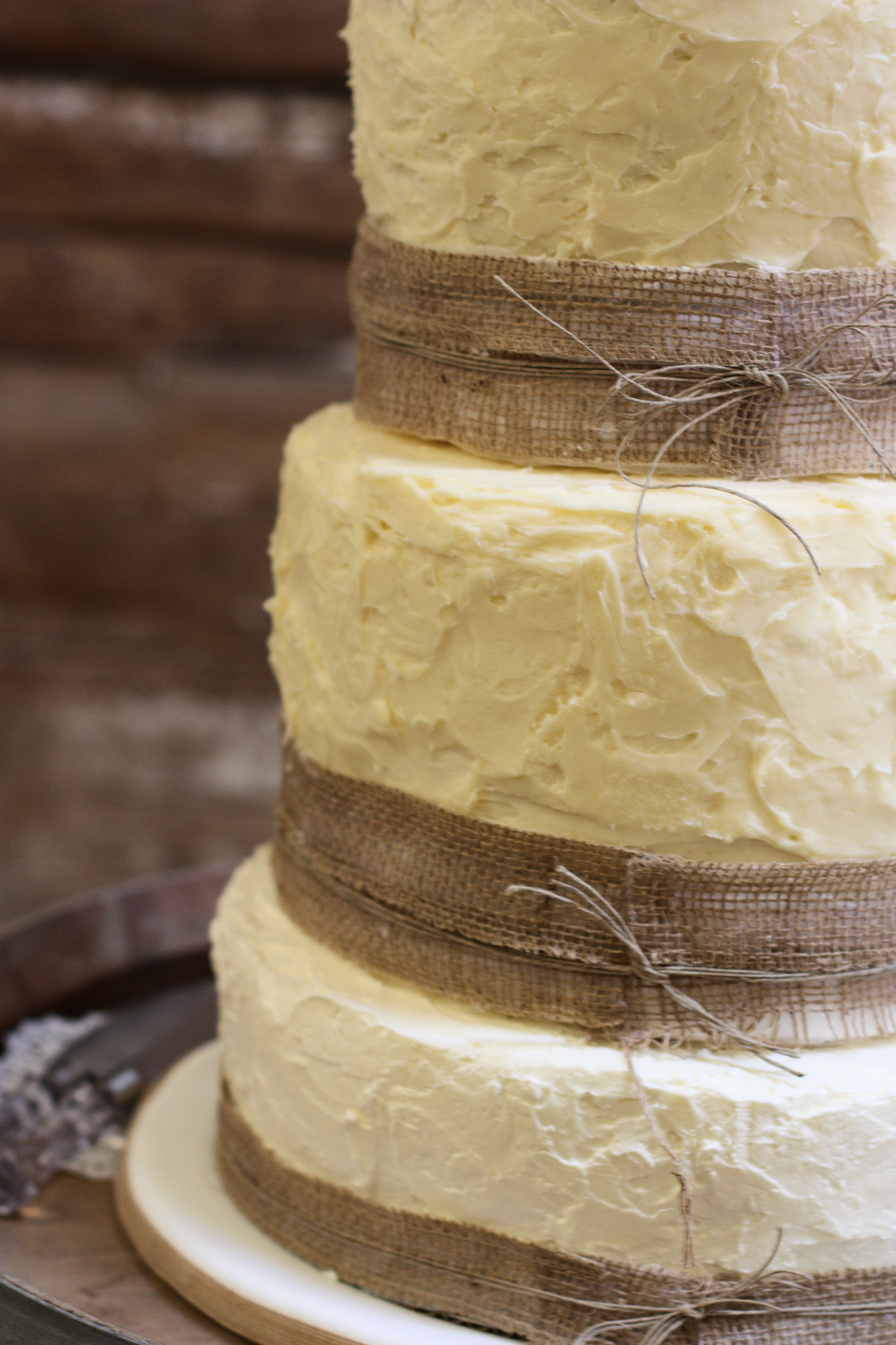 rustic wedding cakes with burlap